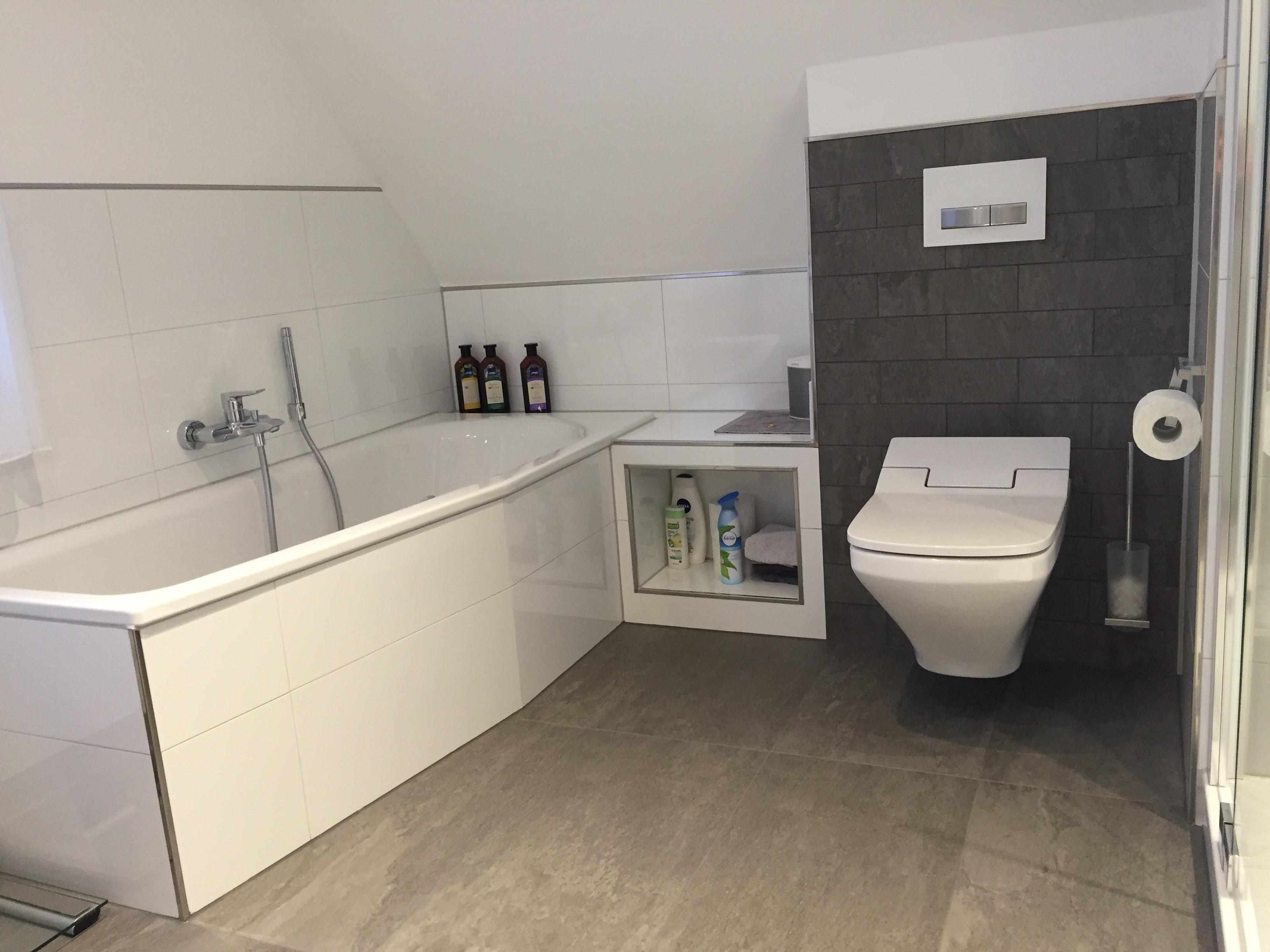 Komplettsanierung badezimmer im obergeschoss mit dachschr ge for Bad komplettsanierung